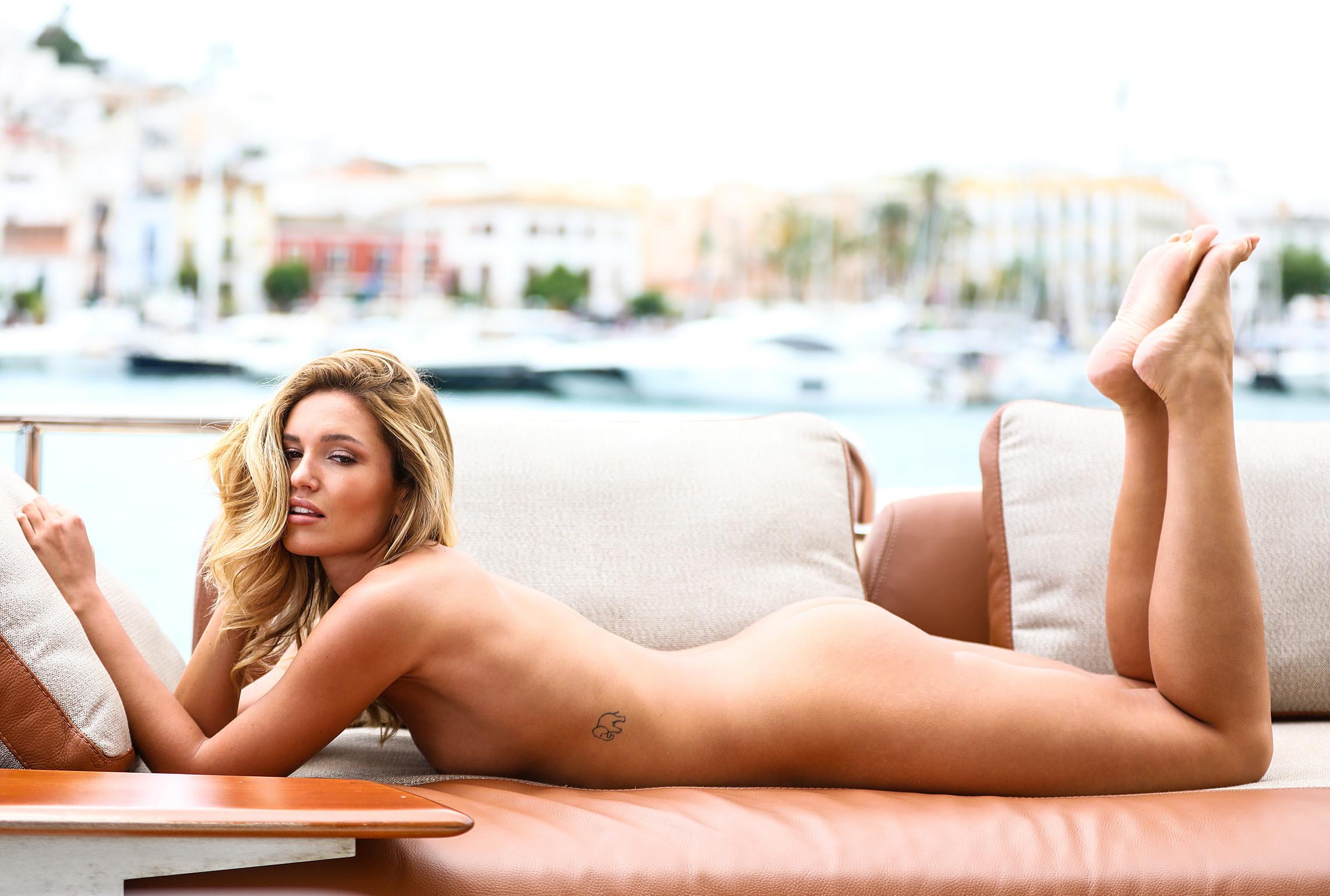 Nackt bilder woth bleicher Heiße Pose: