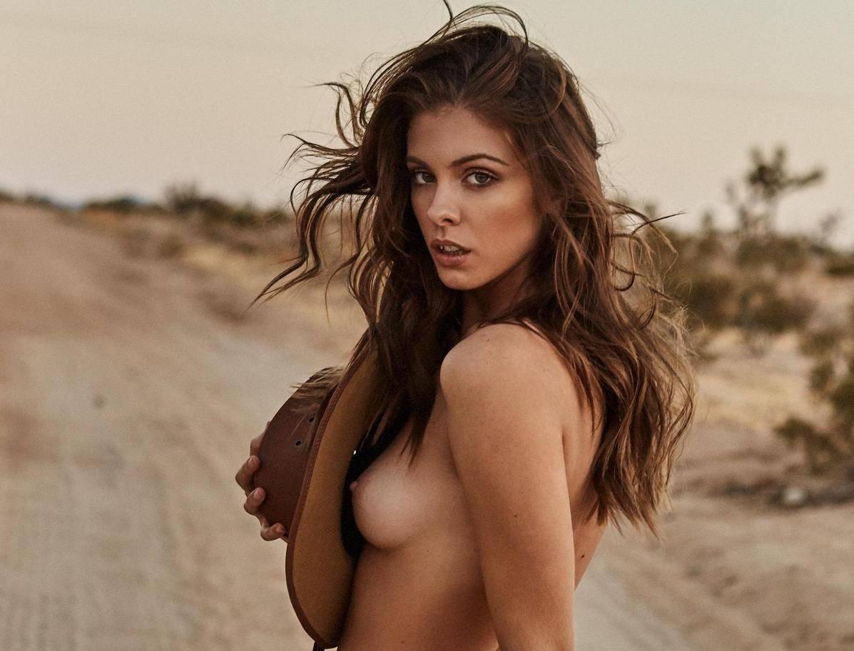 Carmela topless — photo 3